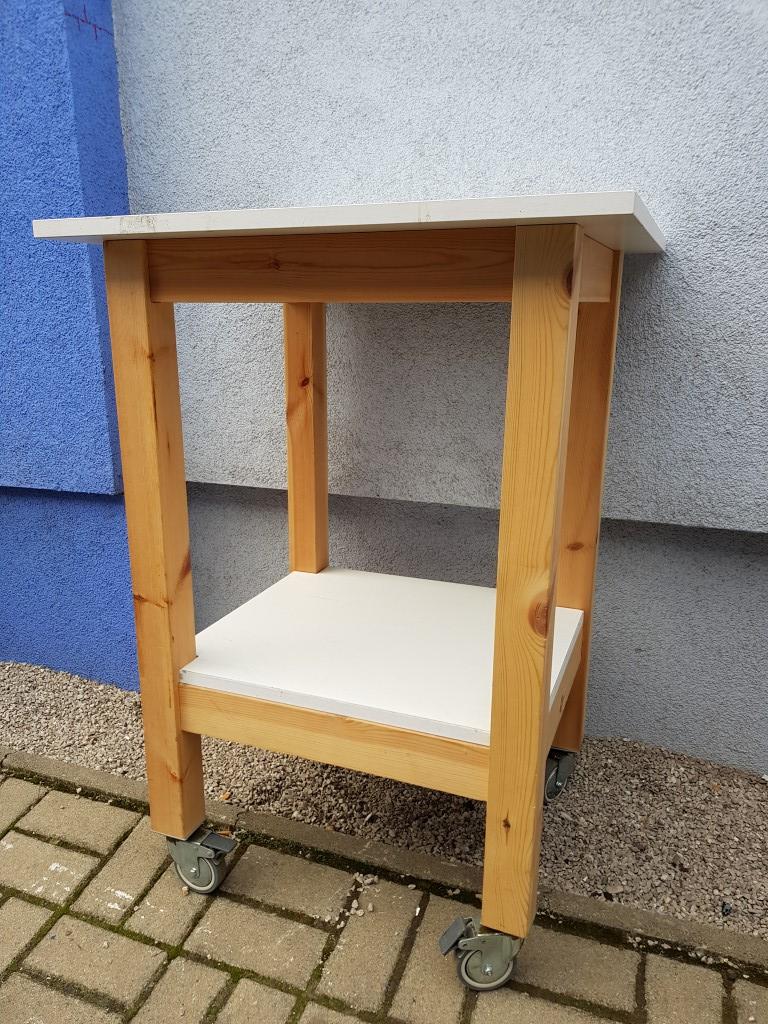 Drevený stolík na kolieskách